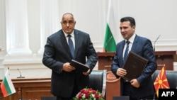 Бойко Борисов и Зоран Заев на церемонията за подписване на Договора за приятелство, доросъседство и сътрудничество на 1 август 2017 г. в Скопие
