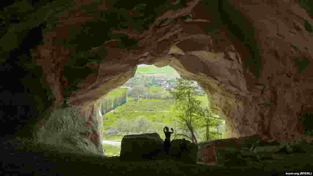 Селфи внутри грота с видом на долину реки Биюк-Карасу