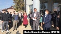 Протести на родители, наставници и ученици пред гимнацијата во Дебар.