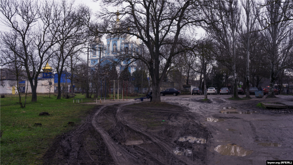 На краю городского парка. За ним просматривается Покровский собор