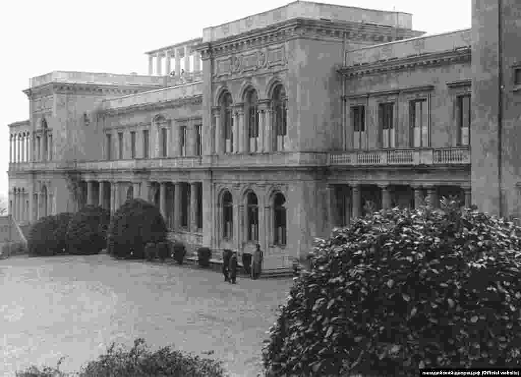 Американцев поселили в Ливадийском дворце. Британцам предоставили Воронцовский в соседней Алупке.Резиденцией советских участников переговоров стал Юсуповский дворец в Кореизе