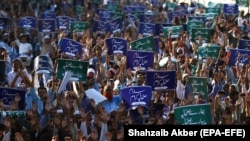Supporters of hard-line Pakistani Sunni groups shout slogans during an anti-Shiite demonstration in Karachi on September 20.