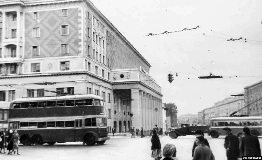 In 1941, there were three trolleybus fleets in Moscow, serving 17 routes. Traffic in the city was complicated not only by the blackout but also by damage to roads and overhead power lines.