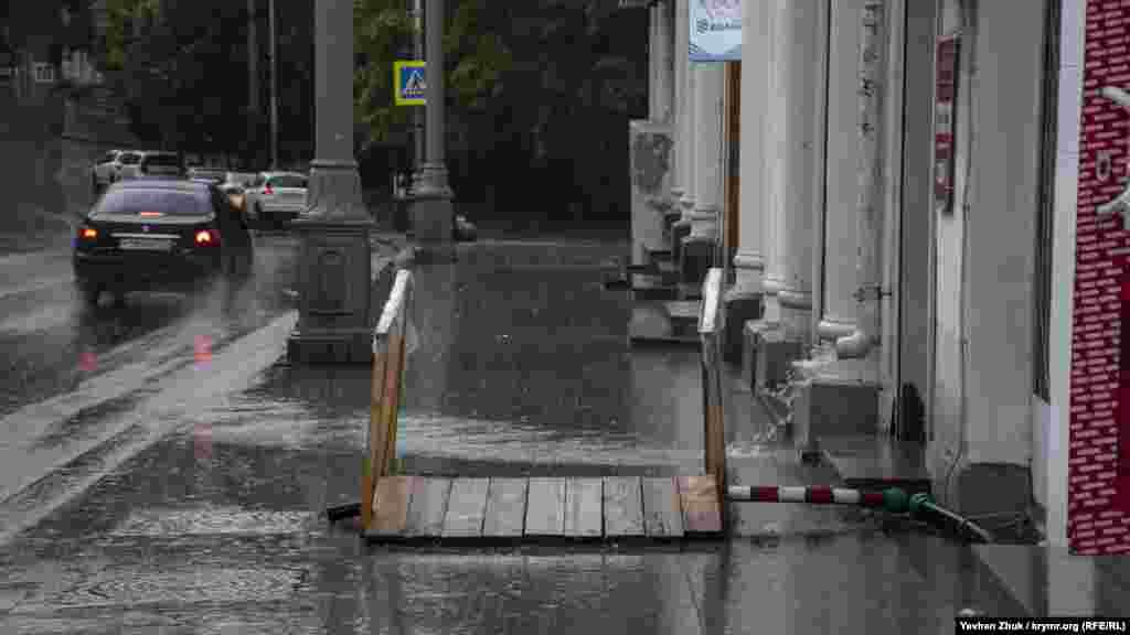 Когда дождь пошел еще сильнее, тротуары опустели