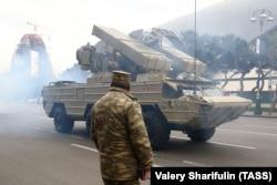 Egy Oroszországban gyártott Osa-MB típusú rakétakilövő jármű. Oroszország éveken keresztül adott el fegyvereket Azerbajdzsánnak és Örményországnak is.