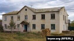 Будівля колишньої сільської школи: ліва половина переобладнана під житло, права занепадає. Білогірський район, село Зеленогірське, листопад 2020 року
