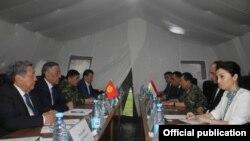 Делегации Таджикистана и Кыргызстана обсуждают вопрос демаркации линии госграниц. Фото пресс-службы администрации Согдийской области