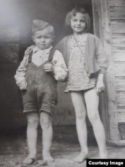 Валерий с сестрой. Фото сделано немецким солдатом
