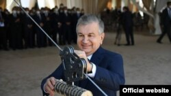 Президент Мирзиёев Олмалиқда 3-мис фабрикасининг тамал тошини қўймоқда.