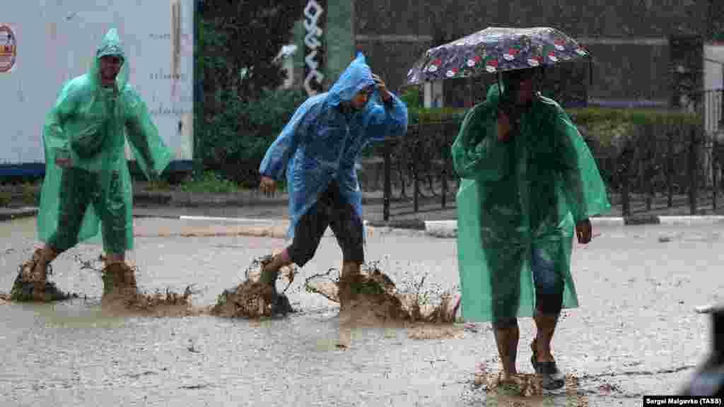 Наводнение в Ялте.В городе была объявлена чрезвычайная ситуация. По официальным данным российских властей, один человек погиб