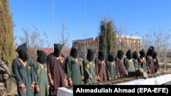 Oficialii afgani de securitate prezenți au arestat membri ai rețelei militante talibane Haqqani, în Paktia, Afganistan, 3 decembrie 2020. Cel puțin paisprezece membri ai rețelei Haqqani au fost arestați în timpul operațiunii, iar oficialii NDS au declarat că au fost confiscate arme grele.