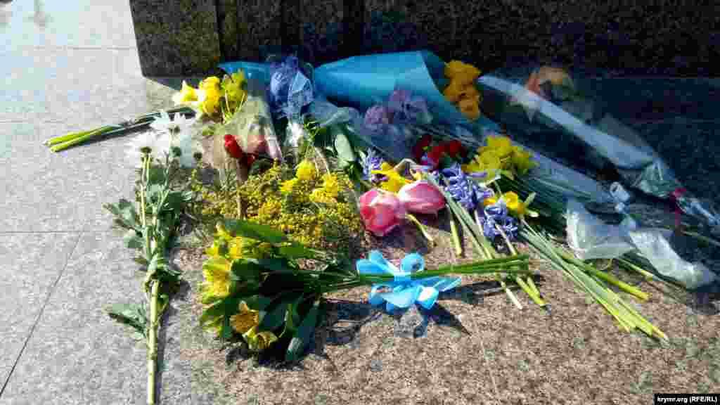 Севастополь. В центре лежит желтый букет, перевязанный голубой ленточкой– в тонах украинского флага