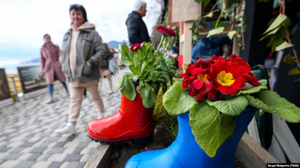 У Ялті на набережній Масандрівського пляжу з нагоди Міжнародного жіночого дня, який відзначається 8 березня, пройшла весняна виставка «Ботаніка»