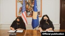 Presidentja e Kosovës, Vjosa Osmani dhe shefja USAID-it në Kosovë, Zeinah Salahi.