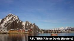 Halászhajó érkezik az egyik Északi-sarkkörön túli norvég szigeten lévő Svolvaer városka kikötőjébe