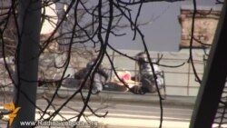 «Беркут» кидає гранати з даху будинку