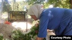 Хадича Аскарова на могиле супруга - правозащиника Азимжана Аскарова. Ташкент, 16 мая 2021 года.