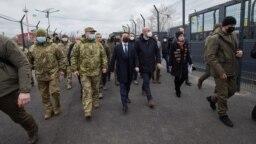Volodymyr Zelenski cu președintele Consiliului UE Charles Michel în apropiere de linia frontului în Luhannsk.
