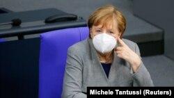 13-уми январ Ангела Меркел дар ҷаласаи парлумон оид ба шурӯи маъракаи эмкунӣ зидди коронавирус иштирок кард