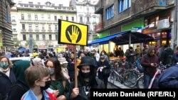 Diákok, tanárok és támogatóik az egyetem Vas utcai épülete előtt október 16-án.