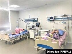 Пациенты тяжело дышат или хрипят. В ковидном центре избегают положения на спине, которое еще больше затрудняет дыхание
