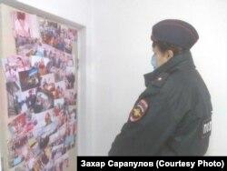 Полицейская в штабе Навального в Иркутске ищет экстремистскую литературу