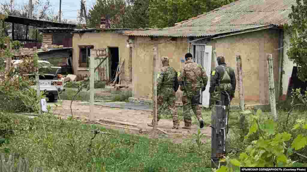 Российские силовики в дом никого не впускали. 7-8 сотрудников ОМОН и российской ФСБ находились в доме вместе с понятыми, которых они привезли с собой