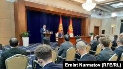 Садыр Жапаров выступает на встрече с представителями дипмиссий и международных организаций.