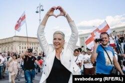 Марыя Калесьнікава на плошчы Незалежнасьці , дзе яна выступала з прамовай да беларусаў, якія сабраліся каля Дому ўраду. 16 жніўня 2020 году.