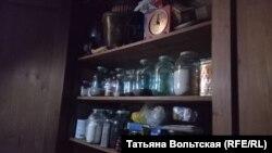 Тот самый стенной шкаф. На этих полках лежали во время бомбежек близнецы Лёня и Люба – только такого количества запасов там не было