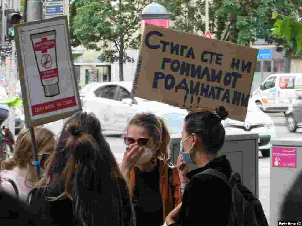 """Протестиращите в Берлин носеха плакати с надписи """"Стига сте ни гонили от родината ни!"""" и """"дезинферктант антимафия""""."""