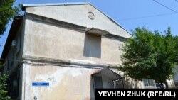 Советская символика и непонятный козырек на фасаде дома №5