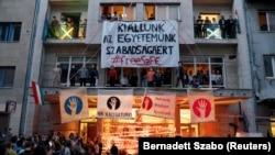 Tüntetés az SZFE épülete előtt.